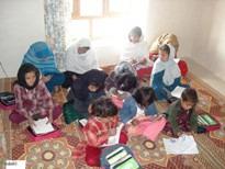 Mädchen lernen auf dem Boden sitzend in den Homeschools