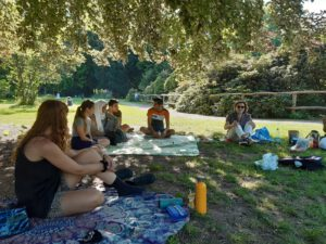 Picknicktreffen im Alten Botanischen Garten nach dem Kontaktverbot in abgeschwächten Coronazeiten